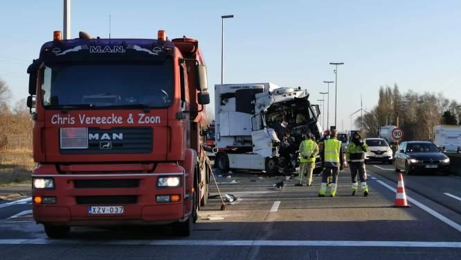 Botsing tussen twee vrachtwagens op de R4 in Sint-Kruis-Winkel, chauffeur naar ziekenhuis