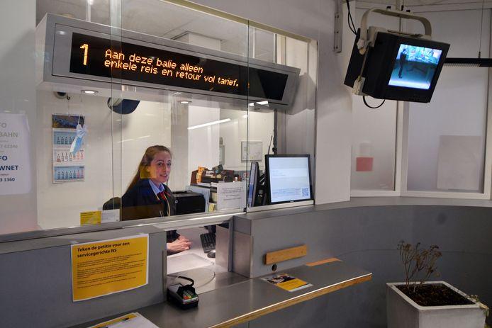 De NS wil het personeel bij 26 stations in Nederland weghalen. Onder meer in Hengelo zal dan de ticketbalie verdwijnen.