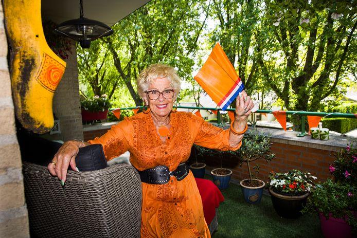 Heel Nederland beleeft het EK deze zomer met Christine Visser uit Mijnsheerenland. De 75-jarige YouTube-ster schittert in de EK-reclamespot van Albert Heijn én speelt een hoofdrol in de nieuwe video van Frans Duijts.