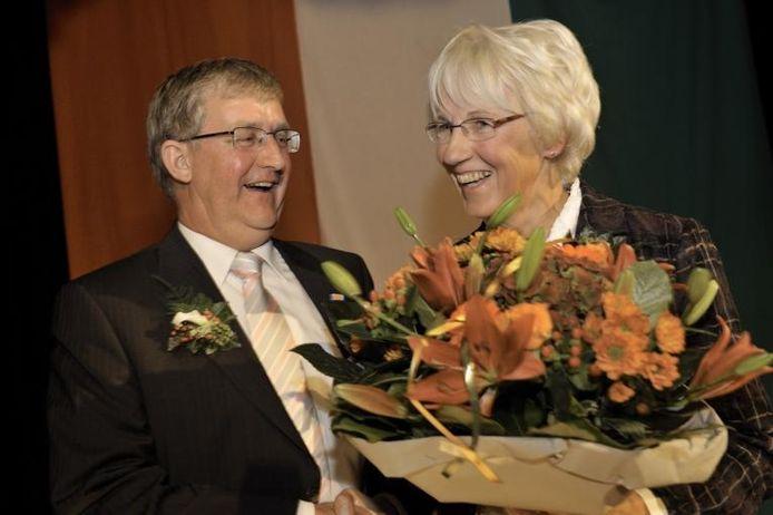 Adrie Rombouts met zijn echtgenote Mien kort na de uitreiking van de koninklijke onderscheiding. foto Robert van den Berge/het fotoburo