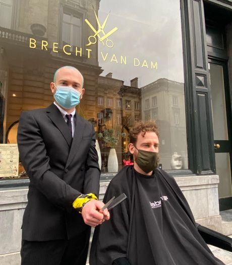 Les coiffeurs de tous le pays posent les fauteuils de leur salon sur la rue