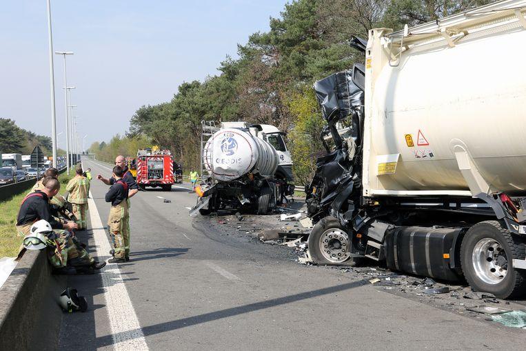 De chauffeur van de rechtse vrachtwagen overleefde de klap niet.