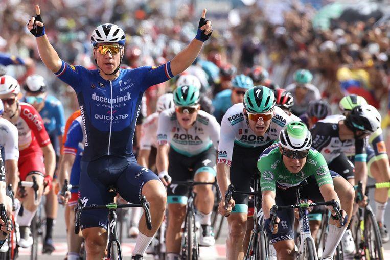 Fabio Jakobsen viert zijn overwinning terwijl hij over de finish rijdt. Beeld AFP
