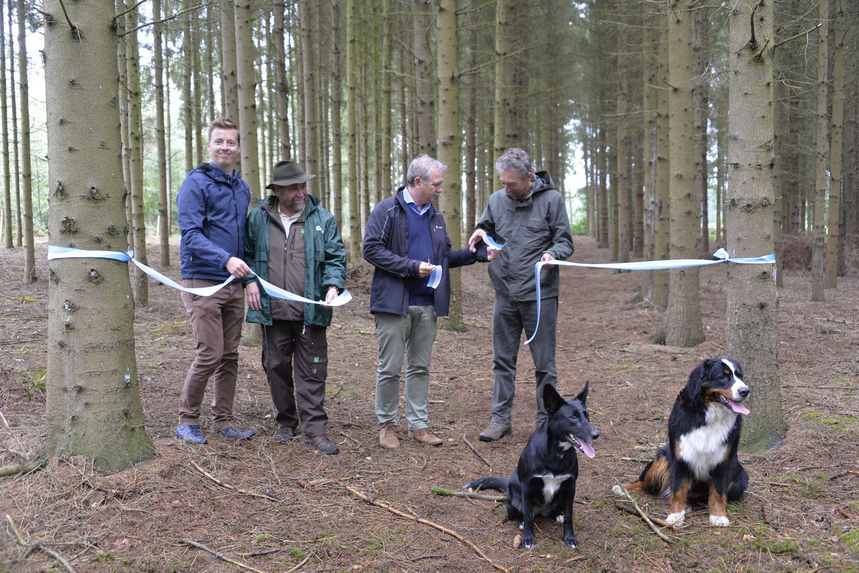 Schepen Hannes Anaf (links) opent de hondenloopzone met de mensen van Natuurpunt.