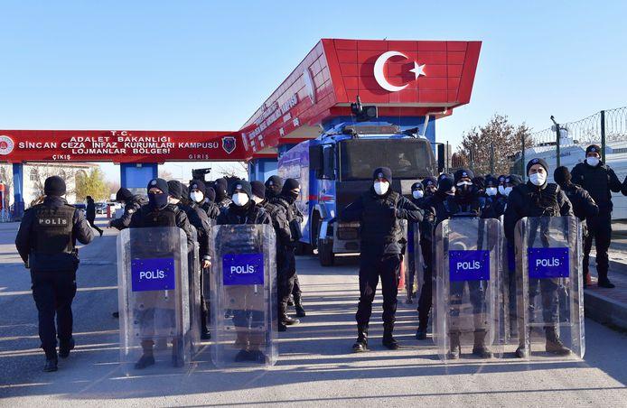 Agenten aan de ingang van de rechtbank in Ankara, voor het grote proces tegen 475 beklaagden.