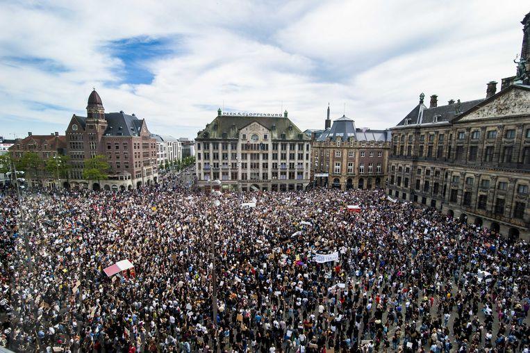 Duizenden betogers, veelal met mondkapjes, verzamelden zich in juni op de Dam in Amsterdam om te protesteren tegen politiegeweld. Beeld ANP