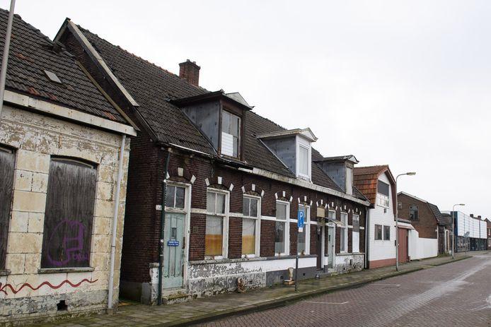 De krakers van een rij woningen aan de Langelermaatweg kunnen voorlopig blijven zitten waar ze zitten.