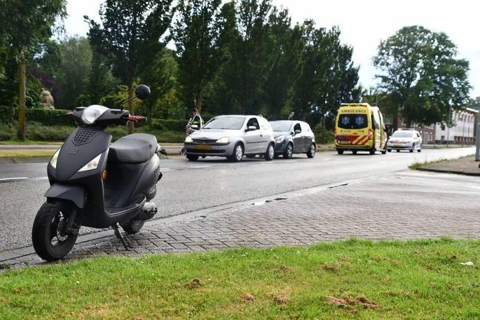Een auto botste op de scooter. De achterligger knalde vervolgens weer op de voorste auto.