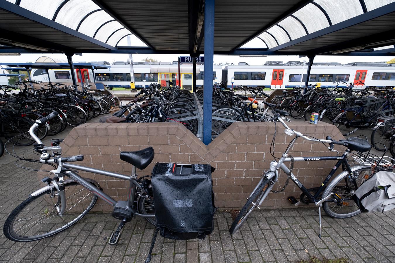 PUURS De fietsenstalling aan het station puilt uit