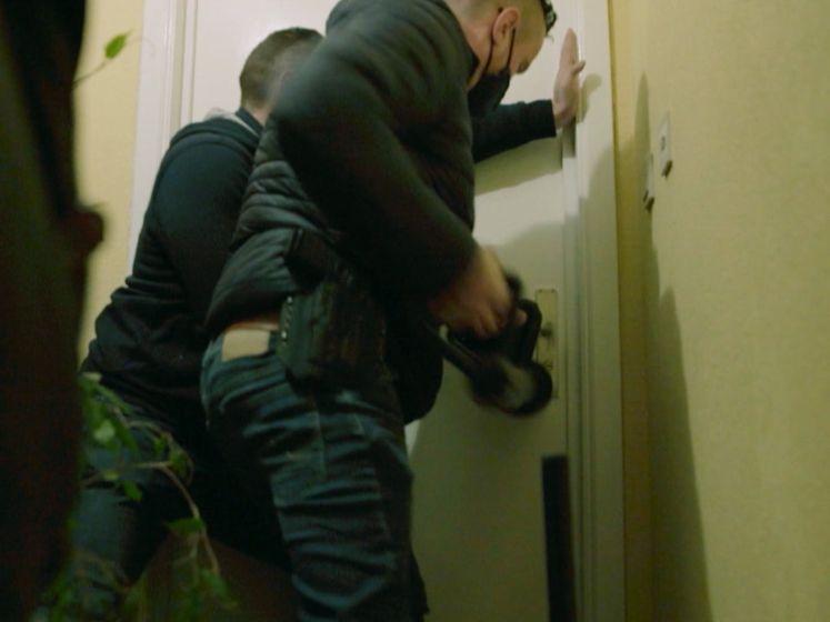 Vrouw die speed dealt op heterdaad betrapt, politie valt meteen huis binnen