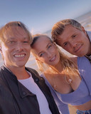 Regi brengt Olivia Trappeniers en Jaap Reesema mee naar het strand van Zeebrugge.