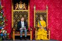 Koning Willem-Alexander leest, met aan zijn zijde koningin Maxima, de troonrede voor op Prinsjesdag.