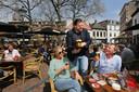Johan de Vos, uitbater van café Boerke Verschuren aan de Ginnekenmarkt en voorzitter van de Bredase afdeling van Koninklijke Horeca Nederland, serveert biertjes op zijn terras.