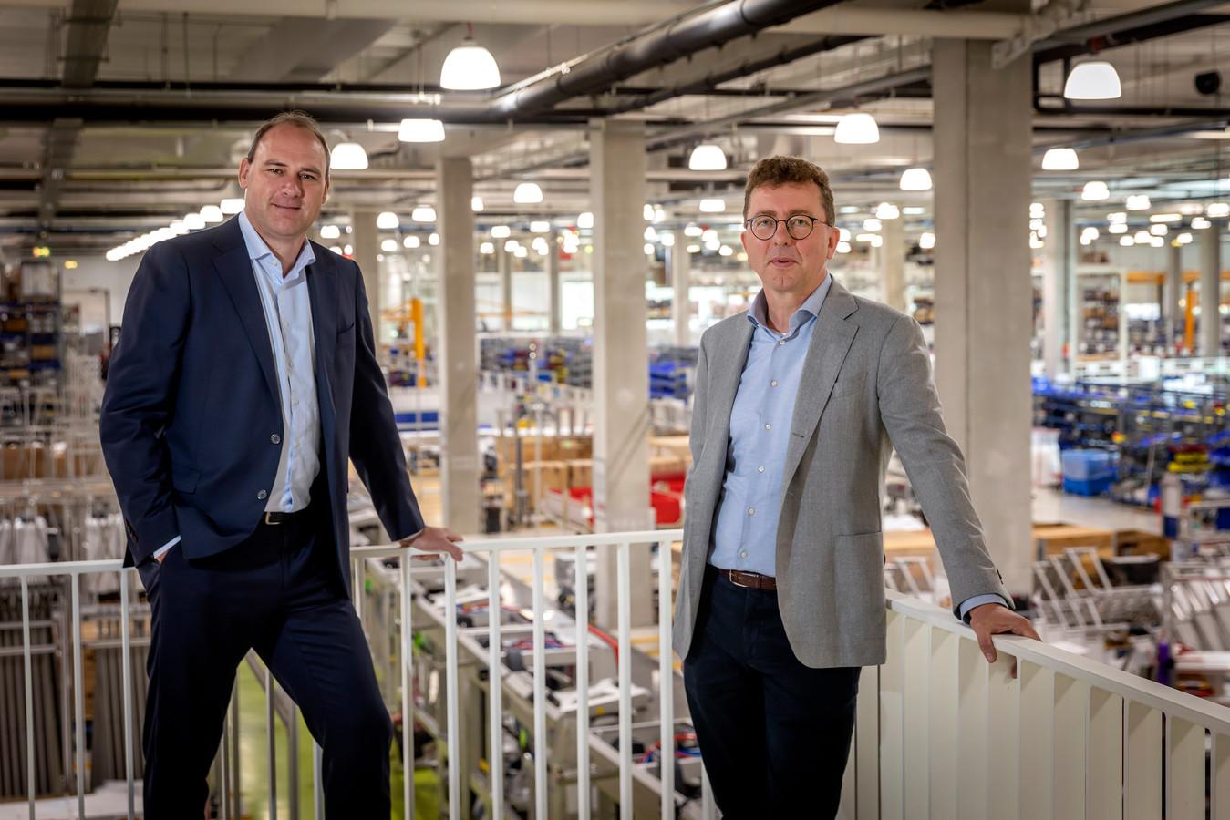 André van Troost (links) en Marcel Knoester in de fabriekshal van Lely in Maassluis.