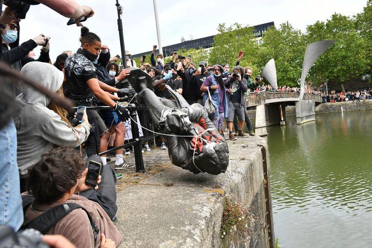 Demonstranten in Bristol gooien het beeld van Edward Colston het water in. Beeld AP
