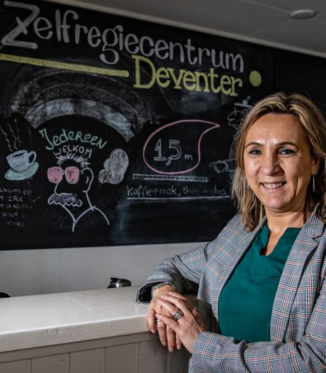 Maxima reikt Appeltje van Oranje uit aan zelfregiecentra Deventer en Raalte