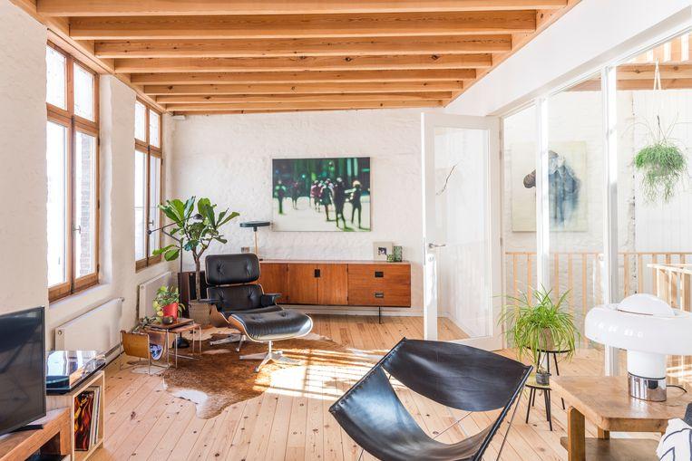 In de leefruimte op de eerste verdieping valt de passie voor vintage van Gerts vrouw op, met klassiekers als de Eames Lounge Chair.  Beeld Luc Roymans