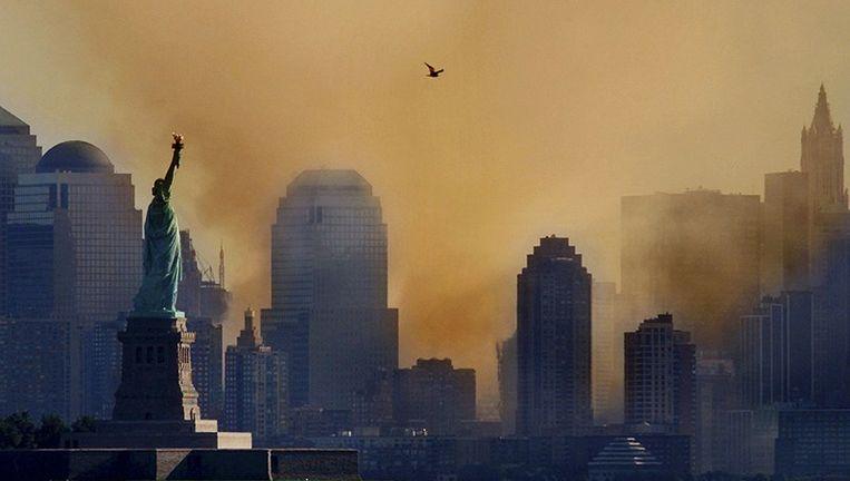 Een enorme stofwolk hangt over New York na de instorting het World Trade Center.