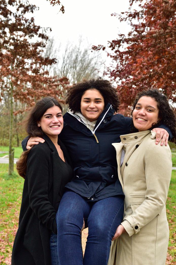 Zana Hahn (midden) met vriendin Milou en Zana's zus Manou.