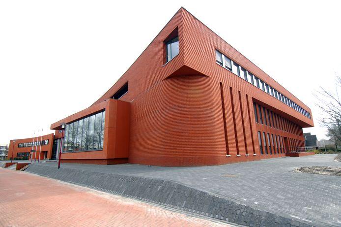 Het gemeentehuis in Vriezenveen. De gemeente Twenterand tracht de arbeidsovereenkomst met de gemeentesecretaris te laten ontbinden.