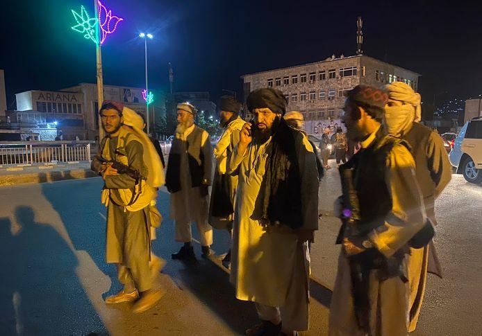 Talibanstrijders houden de wacht aan het presidentieel paleis.