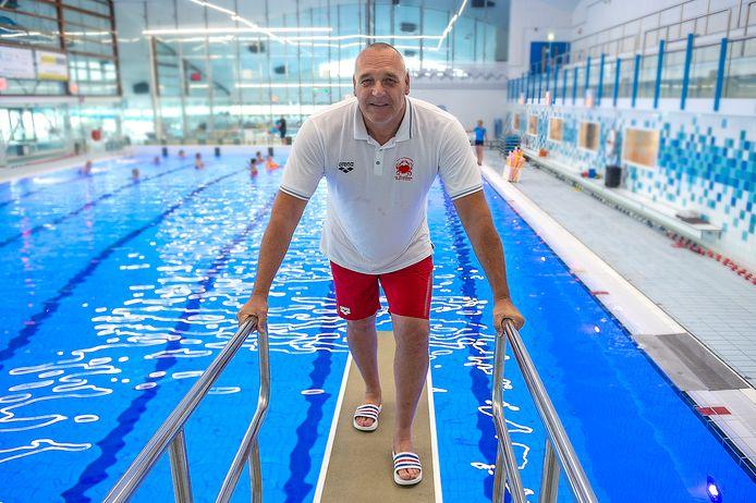 Waterpolo-trainer Ed Beurskens is met zijn team weer begonnen aan het nieuwe seizoen bij De Krabben in Bergen op Zoom.