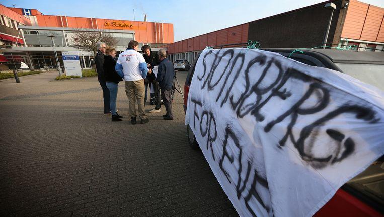 Een actievoerder van de groep Red De Sionsberg staat de pers te woord. Beeld anp