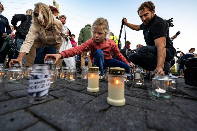 Bewoners uit Hees en andere omliggende wijken van asfaltfabriek APN protesteerden deze week met leuzen als 'Wij worden doodziek van die vieze stinkfabriek'.  Bij de fabriekspoort werden kaarsjes aangestoken.