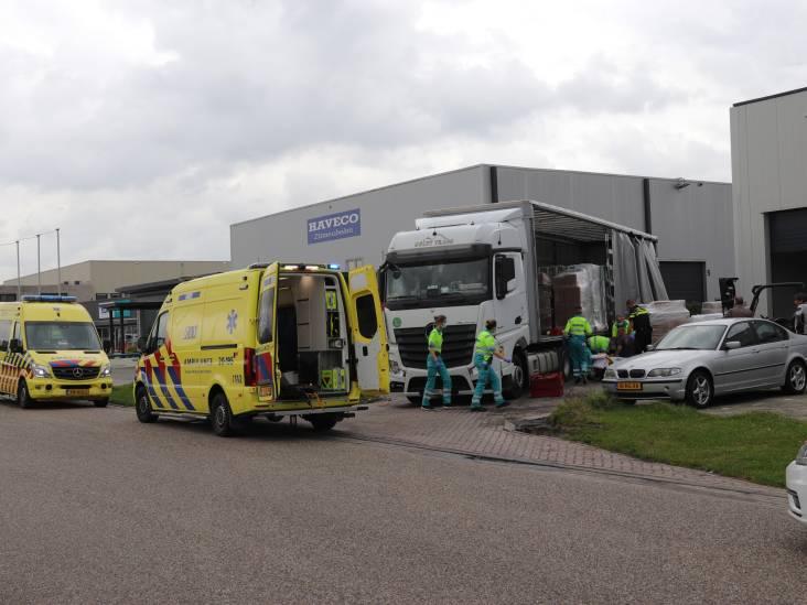 Man valt van trailer en raakt zwaargewond in Waalwijk