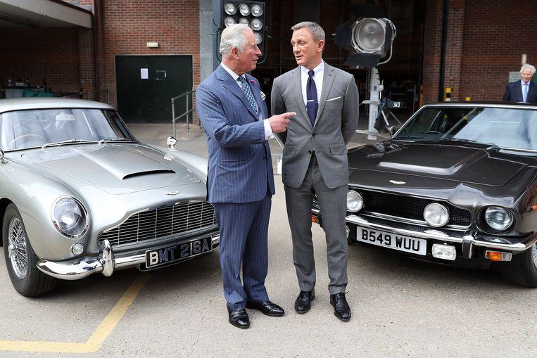 Prins Charles en Daniel Craig op de set van de nieuwe Bond-film. Beeld Photo News