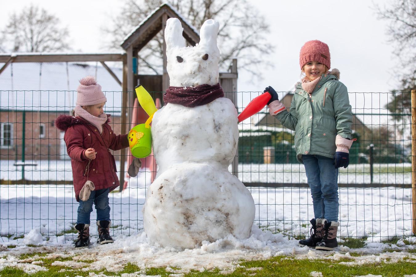 Ona en Febe Billen maakten in het Limburgse Lummen heel toepasselijk een sneeuwpaashaas.