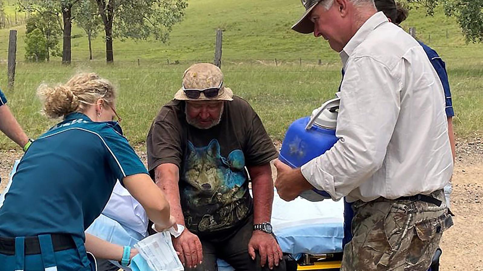 Hulpverleners dienen de eerste zorgen toe aan Robert Weber.