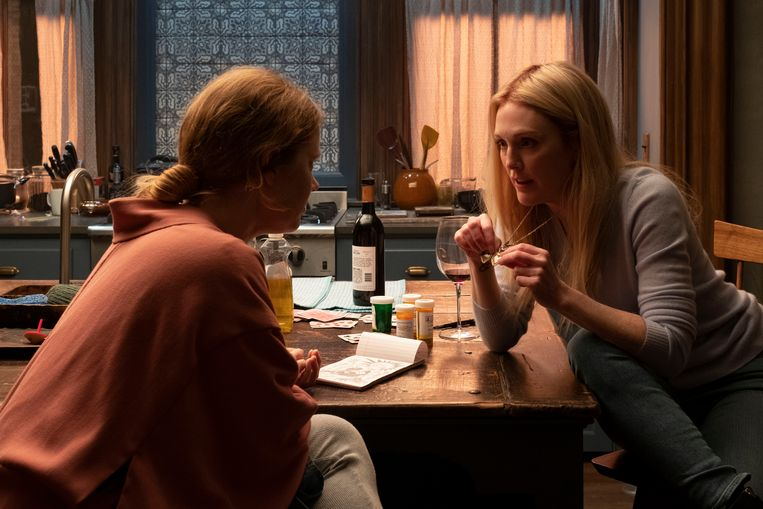 Amy Adams (links) als Anna Fox en Julianne Moore als buurvrouw Jane Russell in The Woman in the Window. Beeld Melinda Sue Gordon / Netflix Inc