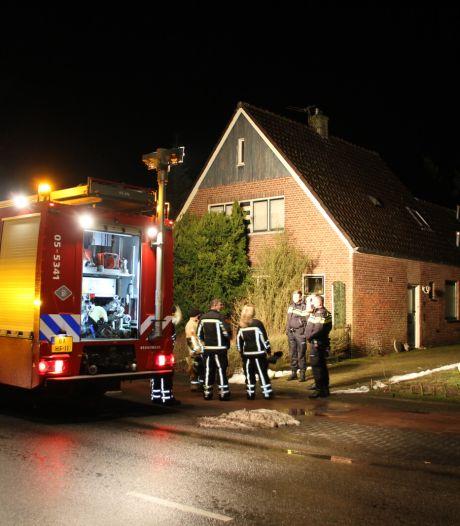 Leiding knapt in huis Hellendoorn; brandweer kan water niet afsluiten