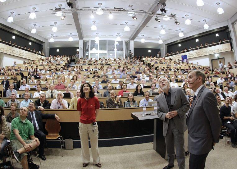 Fabiola Gianotti kijkt naar een scherm tijdens een wetenschappelijke bijeenkomst over het Higgs deeltje. CERN, Genève, Zwitserland, 04 July 2012 Beeld epa