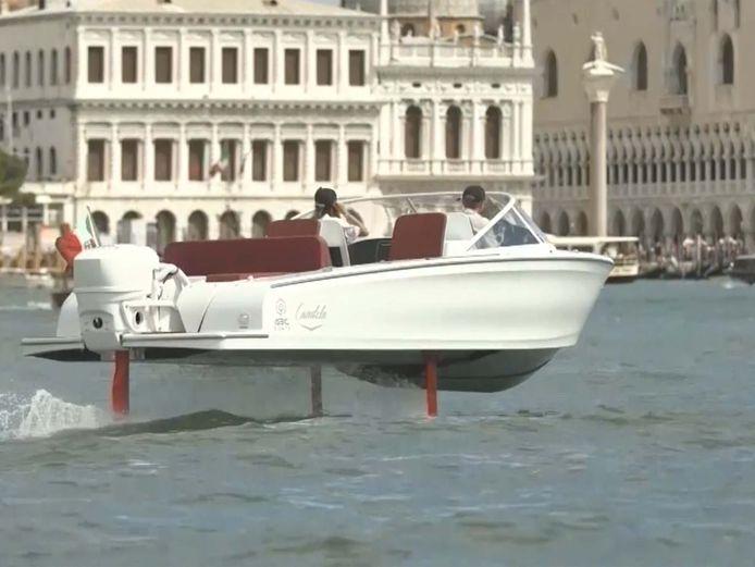 Dit is 's werelds eerste volledig elektrische boot die boven het water vliegt
