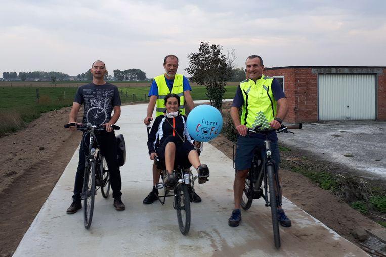 de Beverse delegatie van de Fietsersbond bracht zaterdag een ballon met 'schone lucht' van het stadhuis in Sint-Niklaas naar DeSingel in Antwerpen