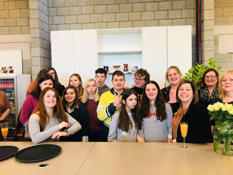 Leerlingen van De Horizon met leerkrachten en schepen Beulens.