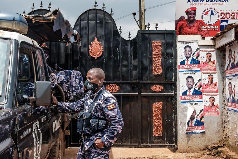 De Oegandese politie patrouilleert voor het hoofdkwartier van de oppositiepartij NUP.  Beeld AFP