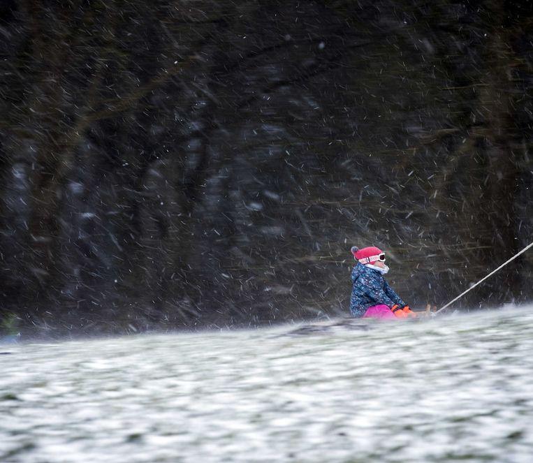 Sneeuwpret in Heiloo. Veel mensen gaan er op uit om te genieten van het dikke pak sneeuw.  Beeld ANP