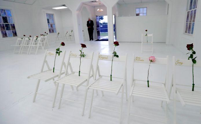 De kerk werd ondertussen omgevormd tot een herdenkingsmonument voor de slachtoffers. 26 witte stoeltjes vertegenwoordigen de slachtoffers.