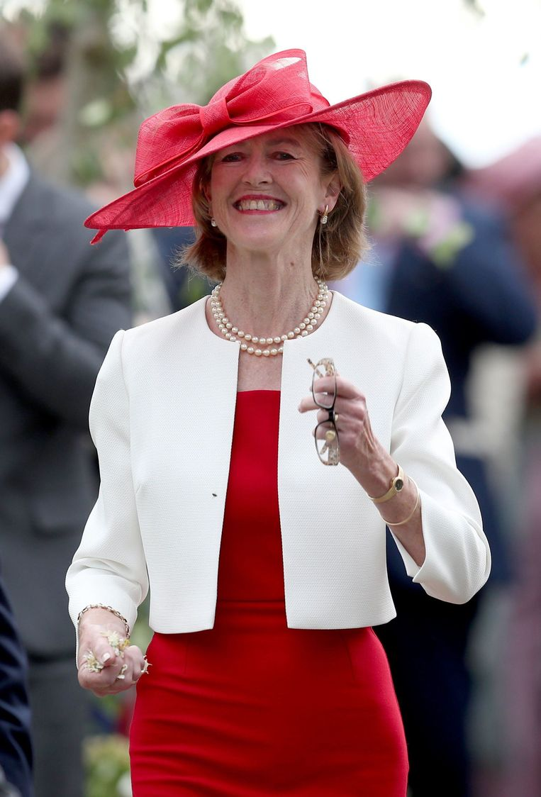 Candida Leslie, de moeder van de bruid, kwam in een rode outfit naar het huwelijk.