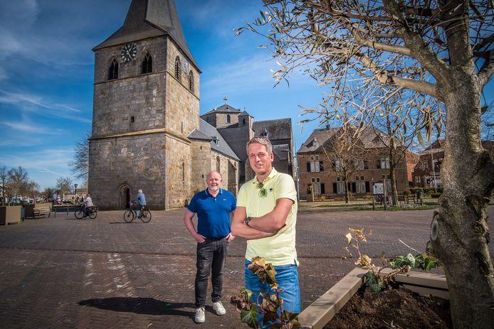 Roy Oude Egbrink (links) en Martijn Roelofs zijn de initiatiefnemers van het Doarper Bier dat vanaf juni verkrijgbaar is in Denekamp.