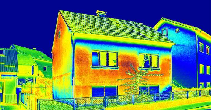 Een warmtescan van de voorgevel van een woning geeft inzicht in waar warmte uit de woning ontsnapt.
