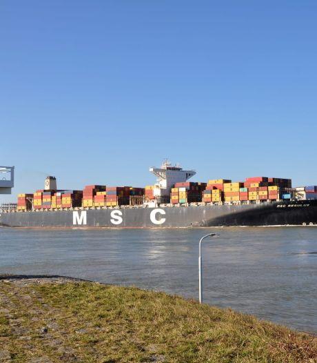 Het is niet de grootste, toch brak dit schip zondag een record op de Westerschelde