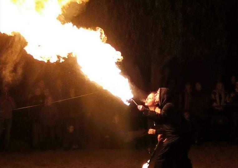 Zowel zaterdag als zondag is er een vuurshow op de kerstmarkt in Izegem.