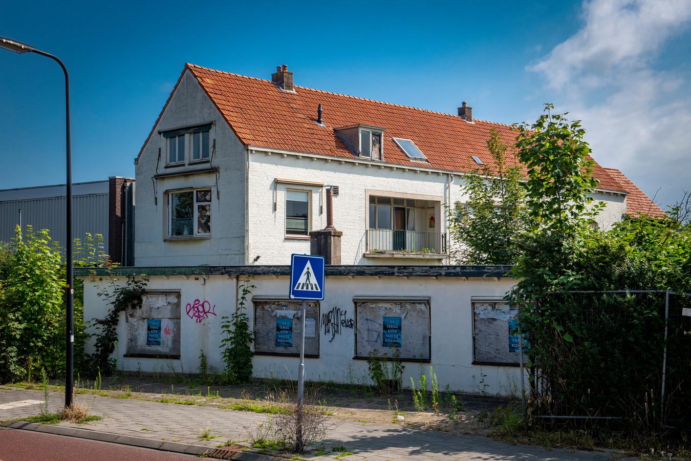 De twee vervallen panden aan de Emmerikseweg in Zutphen. De eigenaar heeft plannen om er twintig huurappartementen te bouwen.