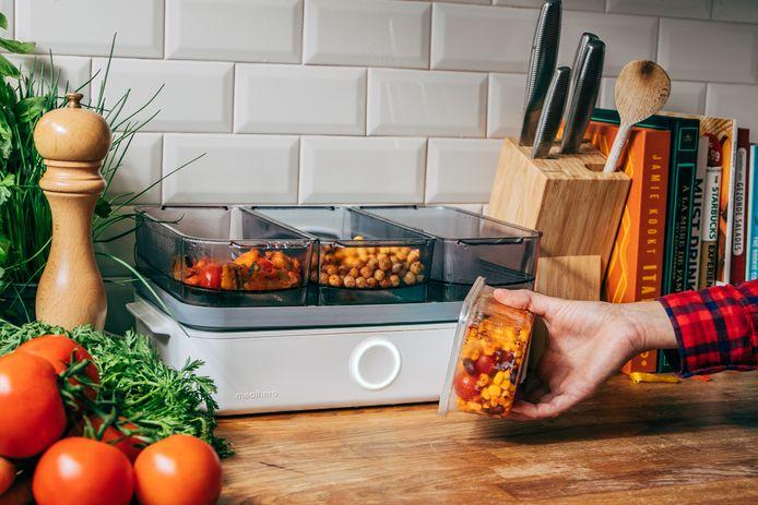 De afzonderlijke ingrediënten worden diepgevroren aan huis geleverd in plastic bakjes. Die moet je afzonderlijk scannen, waardoor de machine weet hoelang elk ingrediënt gestoomd moet worden. Binnen de 25 minuten staat er een volwaardige maaltijd op tafel.