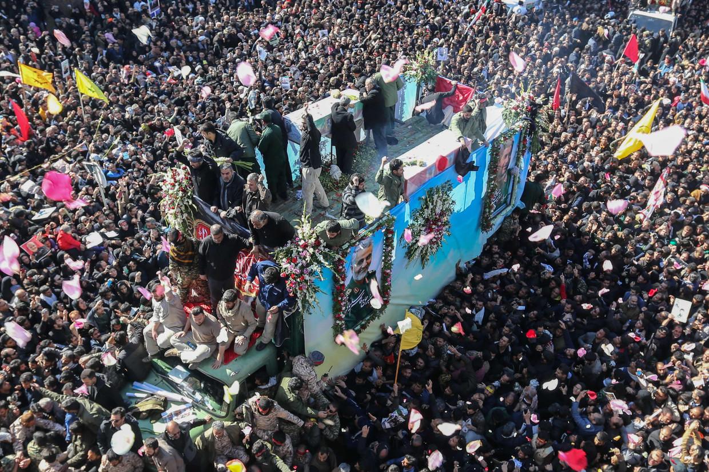 Het lichaam van generaal Soleimani wordt naar zijn laatste rustplaats in de stad Kerman gereden. In de begrafenisstoet werden honderden mensen vertrapt, met zeker vijftig doden tot gevolg.