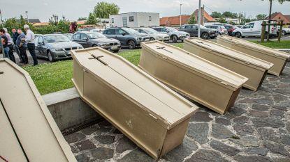 """Actiegroep brengt veertien doodskisten mee naar infovergadering over hoogspanningsleiding: """"Dit project moet begraven worden"""""""